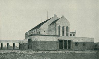 Sokolovna v Holicích - Sokolovna v Holicích krátce po dokončení - foto: Volné směry, roč. XVIII (1915), str. 33