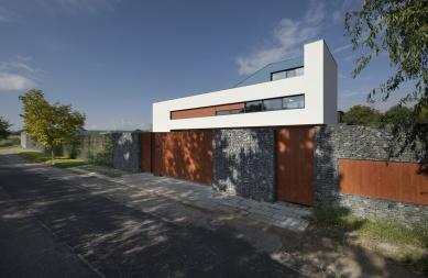 Rodinný dům poblíž Berounky - foto: AI photography