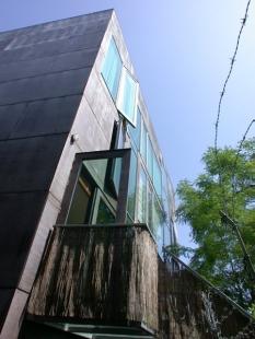 Vila KBWW - Ve srovnání s Ester je kvalita snímku tristní. Fotku publikujeme hlavně pro srovnání, jak dům vypadal dva roky před novým opláštění a rozrůstání zeleně před domem. - foto: Petr Šmídek, 2003