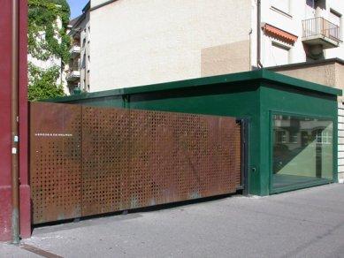de Young Memorial Museum - Na vstupní bránu do ateliéru Herzog & de Meuron v Basileji použili architekti stejné měděné panely.  - foto: Petr Šmídek, 2003