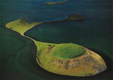 Klubovna Panorama Golf Resort - Ostrov Háey na vulkanickém jezeře Mývatn, které má rozlohu 38 km² a je hluboké pouze 4m, leží poblíž města Akureyri na severu Islandu. - foto: archiv Huť architektury Martin Rajniš