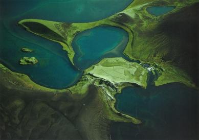 Klubovna Panorama Golf Resort - Krátery a lávové pukliny v jezeře Stóra-Fossvatn (vyhlášené pstruhové oblasti Veidivötn) poblíž hory Miðmorgunsalda na jihu Islandu vznikly přibližně před 500 lety během obří erupce, po níž zbyla v zemské kůře 40 km dlouhá trhlina. - foto: archiv Huť architektury Martin Rajniš