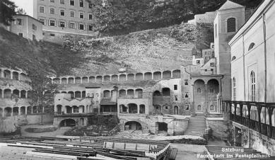 Hudební sál v bývalé jezdecké škole - 20 metrů vysoké kulisy Faustova města od Clemense Holzmeistera pro Reinhardtovu incentaci Faust I z roku 1933, kterou dirigoval mladý Herbert von Karajan