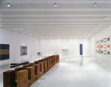 Walker Art Center - Peggy and Ralph Burnet Gallery, duben 2005 - foto: © Walker Art Center