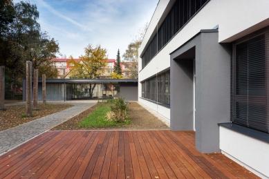 Rekonstrukce fasády a okolí domu dětí a mládeže v Kopřivnici - foto: Studio Toast
