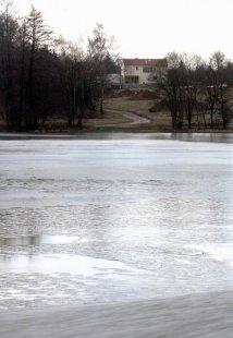 Rodinná vila Mukařov - Zimní pohled přes rybník - foto: Tomáš Balej
