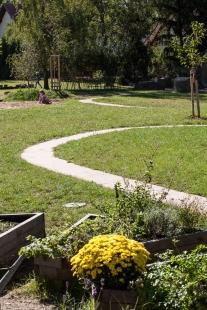Zahrada základní a mateřské školy v Kolodějích - foto: Andrea Thiel Lhotáková