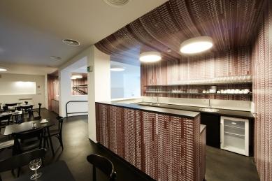 KINONEKINO - Foyer kavárny s průhledem do šatny - foto: Bohumil Pospíšil