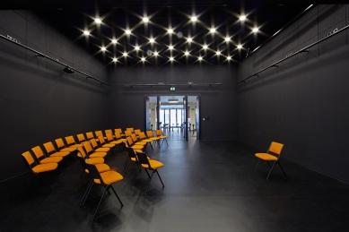KINONEKINO - Propojení malého sálu a foyer kavárny - foto: Bohumil Pospíšil