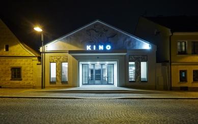 KINONEKINO - Noční průčelí - foto: Bohumil Pospíšil