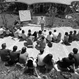 Institut lehkých plochých nosníků na Technické univerzitě ve Stuttgartu - Výuka Frei Otto před pavilonem