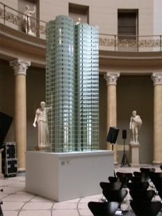 Altes Museum - Ten večer se zde konala vernisáž výstavy Mies in Berlin. Na obrázku je model jednoho ze dvou soutěžních a nikdy nerealizovaných skleněných mrakodrapů. - foto: Petr Šmídek, 2001