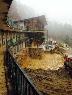 Oprava a obnova areálu kúpeľov Zelená žaba - pohľad na hlavnú budovu a budúce technické miestnosti (vpravo dole). Na snímke odbúraná vstupná terasa a hlavné schodisko  - foto: počas realizácie cca október 2015