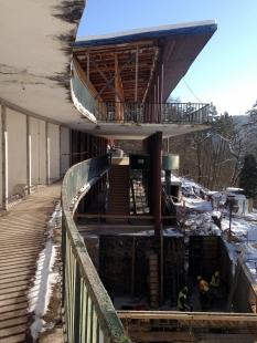 Oprava a obnova areálu kúpeľov Zelená žaba - pohľad na hlavnú budovu a budovanie technických miestností pod hlavnou vstupnou terasou