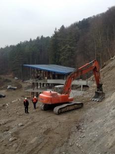 Oprava a obnova areálu kúpeľov Zelená žaba - pohľad na hlavnú budovu z budúcej VIP zóny. Na snímke zasypaný celý bazén suťou pri odťažovaní skalného brala