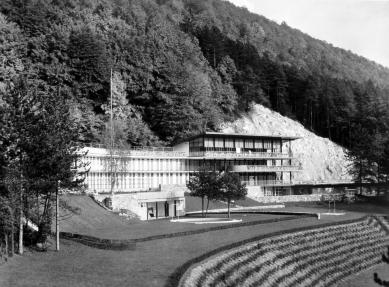 Oprava a obnova areálu kúpeľov Zelená žaba - pohľad na hlavnú budovu, detský a hlavný bazén. Na snímke ešte bez oporného múru nad hlavným bazénom - foto: pred otvorením 1936