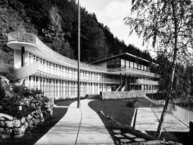 Oprava a obnova areálu kúpeľov Zelená žaba - pohľad od detského bazéna na hlavnú budovu - foto: pred otvorením 1936