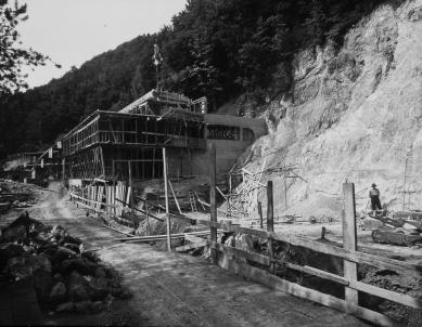 Oprava a obnova areálu kúpeľov Zelená žaba - pohľad na hlavnú budovu a základy bazéna - foto: počas realizácie cca 1935