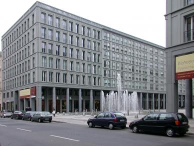 Polyfunkční dům Leibnizkolonnaden - foto: Petr Šmídek, 2002