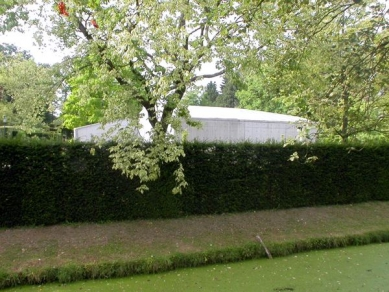 Hedge House - Vodní příkop, živý plot a za ním Hedge House - foto: Petr Šmídek, 2003
