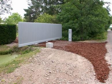 Hedge House - Zadní brána je už návrhem Wiel Aretse - foto: Petr Šmídek, 2003