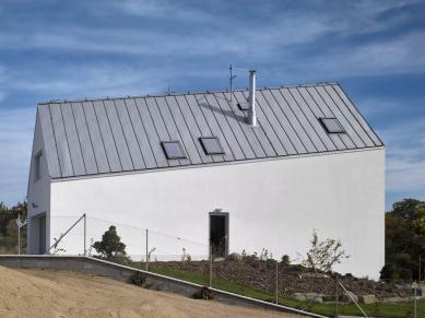 Dům se šikmou střechou - foto: Filip Šlapal