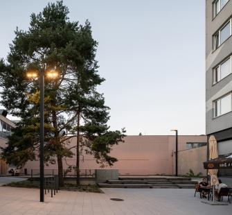 Revitalizace veřejného prostoru uobchodního centra Cíl v Praze naZahradním Městě - foto: Alex Shoots Buildings