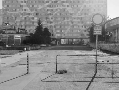 Revitalizace veřejného prostoru uobchodního centra Cíl v Praze naZahradním Městě - Původní stav