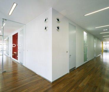 Interiéry administrativní a výrobní budovy v Hodoníně - Chodba - foto: © Andrea Lhotáková