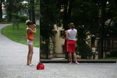 Památník obětem komunismu - Podlitiny dívce vlevo údajně nezpůsobili komunisté - foto: Tomáš Tesař