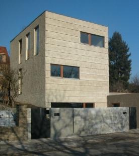 Rodinný dům v Jinonicích - Jižní uliční fasáda - foto: Miroslav Cikán