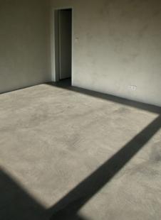 Rodinný dům v Jinonicích - Obytná místnost v 1PP: povrch beton lazura - foto: Miroslav Cikán