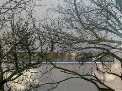 Rodinný dům v Jinonicích - Severní fasáda: nedělený průzor 5,5 m - sklo do zahrady od pracovní plochy kuchyně. Pohled na ovocné stromy sad a sestru - foto: Miroslav Cikán