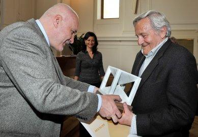 Viktor Rudiš, jeden z autorů Lesné, převzal ocenění od kolegů