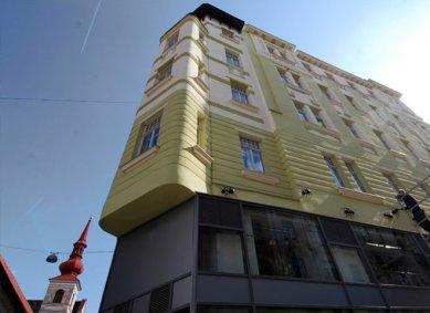 Fasádu domu v Orlí ulici doplnilo soudobé domovní znamení