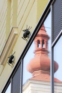 Fasádu domu v Orlí ulici doplnilo soudobé domovní znamení - foto: Racek Attila