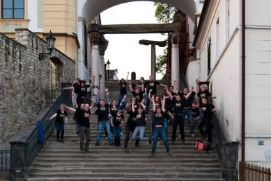 Archi-dílna Litoměřice - průběh workshopu - Společná fotografie na historickém schodišti - foto: Archi|LTM