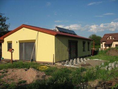 Pasivní dřevostavba - spotřebu máme pod kontrolou - Dokončovací práce kolem domu - jaro 2011