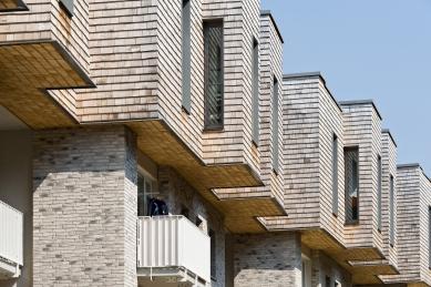Ateliér blauraum a nástavby bytových domů Treehouses Babelallee v Hamburku - Odvětrávaná fasáda o ploše 10.000 m² z bílých šindelů z cedrového dřeva Alaska je jak konsekventním, tak i demonstrativním pokračováním konstrukce ze dřeva. - foto: Fermacell