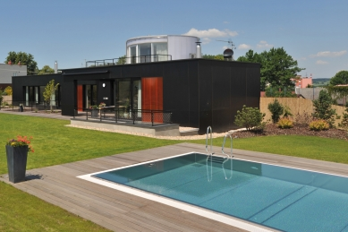 Rodinný dům s důmyslným atriem a neobvyklou fasádou <nobr>z polykarbonátů,</nobr> laminátů a velkých prosklených ploch