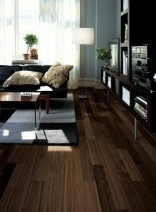 Pořizujete dřevěnou podlahu a hledáte ten správný dekor? Zkuste univerzální a přitom velkorysý 2-lamelový vzor... - Kährs kolekce Lodge - Dekor Ořech Bloom