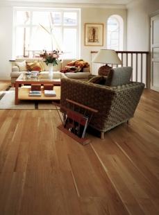 Pořizujete dřevěnou podlahu a hledáte ten správný dekor? Zkuste univerzální a přitom velkorysý 2-lamelový vzor... - Kährs Kolekce Lodge - Dekor Třešeň Beam