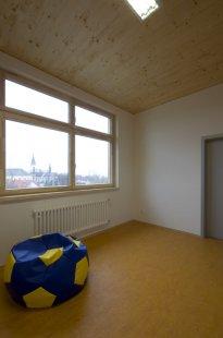 Nástavba školy Eduarda Beneše v Čakovicích – dřevo v konstrukci i ve třídách