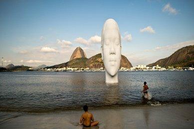 Na pláži v Riu byla odhalena obří socha od Jaumeho Plensy