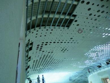 Strop s ukrytým obrazem v letní rezidenci rakouských císařů - Strop návštěvnického centra v průběhu instalace perforovaných zakřivených dvouvrstvých desek FERMACELL.