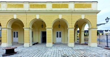 Strop s ukrytým obrazem v letní rezidenci rakouských císařů - Vstup do nového návštěvnického centra zámku Schönbrunn.