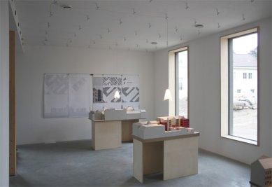 Experimentální projekt pilino-betonového domu green.house - výstava studentských prací při summary 2012, každoroční výstavě Bauhaus-Univerzity Výmar, ateliéry v 1.NP - foto: Jessica Christoph, Bauhaus-Univerzita Výmar