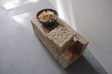 Experimentální projekt pilino-betonového domu green.house - vzorky materiálu, řezanka v betonové misce, vzorek pilinového betonu - foto: Katja Fischer, Bauhaus-Univerzita Výmar