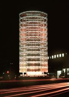Pritzkerovu cenu 2013 získal Toyo Ito - Věž větrů, 1986, Yokohama-shi, Kanagawa - foto: Tomio Ohashi