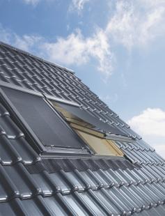 Jak si užít podkroví i v parných dnech - Venkovní markýza sníží prostup tepla přes okno až o 90 %.